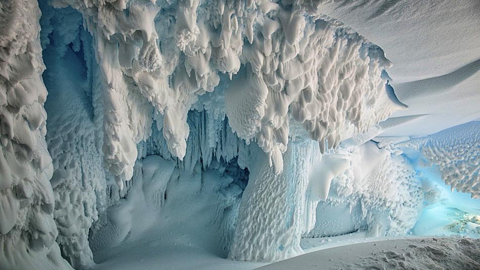Die Eishöhlen unter dem Erebus-Gletscher wurden durch Dampf aus dem Gletscher verursacht. Dadurch können auch die Temperaturen in den Höhlen bis auf 25°C steigen und potentiell Leben zulassen. Bild: Joel Bensing