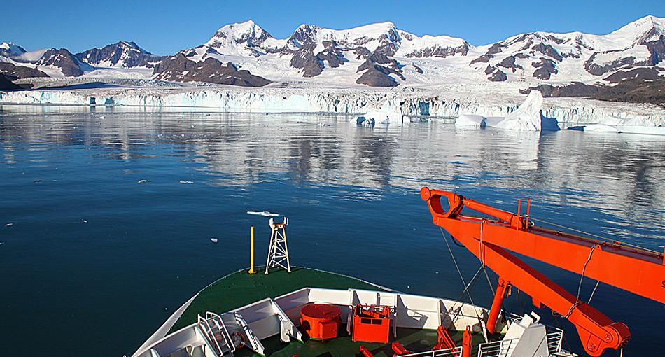 Die «Polarstern» am Nordenskjöld Gletscher in der Cumberland Bay in Südgeorgien. Die Gletscher Süd-Georgiens haben am Meeresgrund tiefe Tröge ausgeschabt. Dort sammeln sich jene Sedimente, in denen sich das Methan bildet. Foto: Thomas Ronge, AWI
