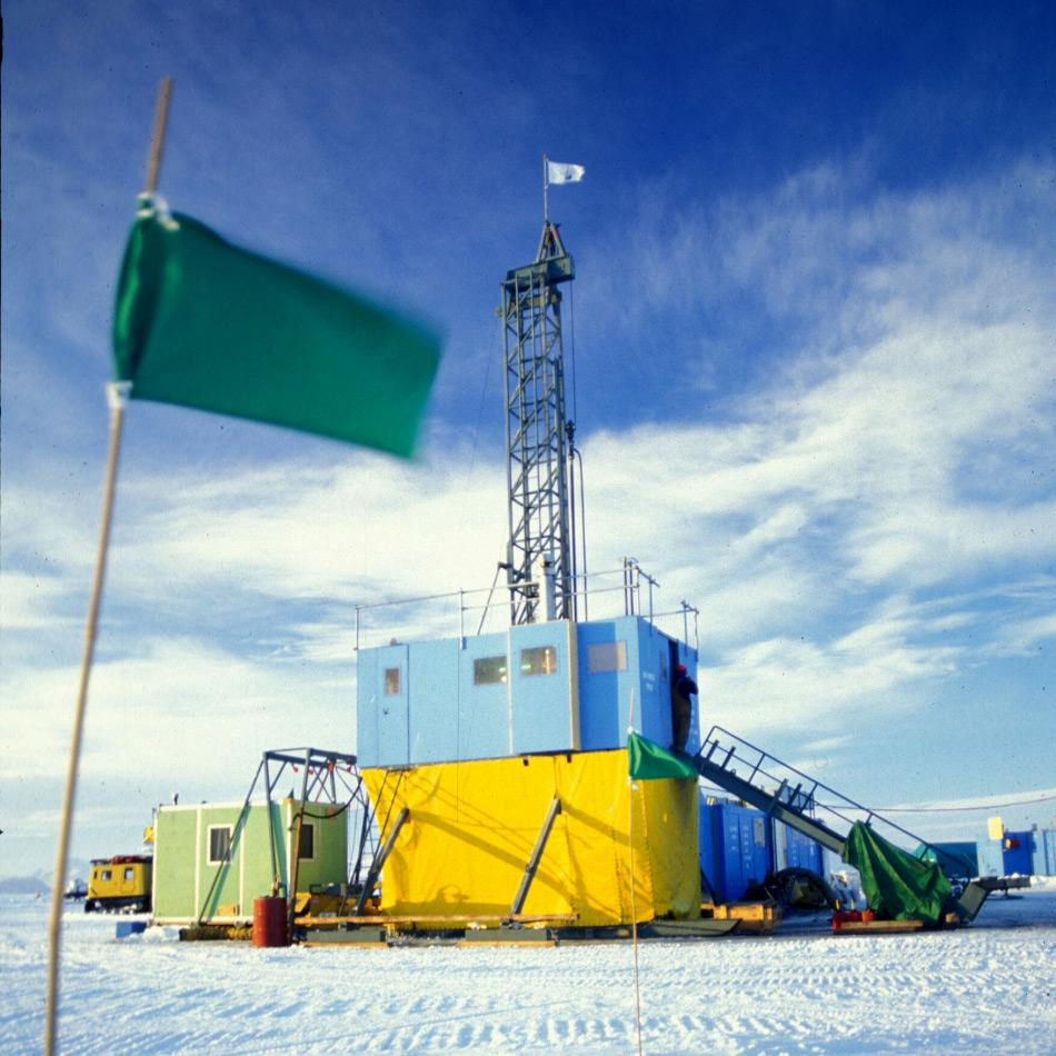 Die Bohrplattform des Projekts im Eis des Rossmeeres. Die Plattform wurde drei Jahre lang genutzt um Sedimentbohrkerne für die Rekonstruktion der antarktischen Vergletscherung zu gewinnen. Bild: Hans Grobe