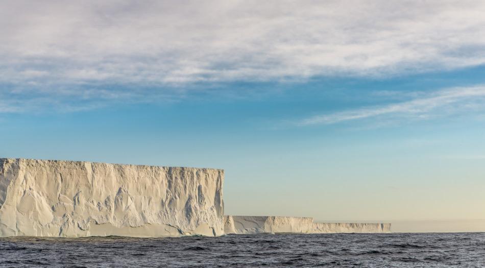 """Gletscher """"entwässern"""" den riesigen antarktischen Eisschild. In Westantarktika schmelzen die Gletscher bereits aufgrund der globalen Erwärmung weg. Doch der viel grössere ostantarktische Eisschild, der vor allem auf Felsuntergrund über dem Meeresspiegel ruht, wurde bisher als stabiler betrachtet. Neuen Forschungsergebnissen zufolge wird er abschmelzen, sollten die CO2-Mengen in der Luft 600 ppm oder mehr erreichen und für lange Zeit bleiben. Bild: Katja Riedel"""