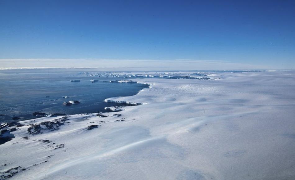 Antarktisches Tiefenwasser entsteht im Weddell-Meer und Rossmeer, an der Adélie Küste und vor Kap Darnley. Oberflächenwasser kühlt sich in Polynyas, offenen Wasserstellen, und unter dem Schelfeis ab. Es handelt sich dabei um das dichteste und schwerste Wasser der Welt. Daten aus zwei zusätzlichen Jahre haben bestätigt, dass Prydz Bay im Osten der Antarktis einen zusätzlichen Beitrag zum Kap Darnley Tiefelwasser leistet. Bild: David Barringhaus