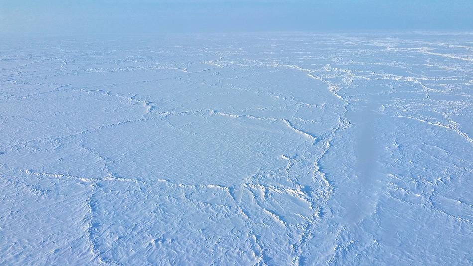 Der geographische Nordpol hat viele Expeditionen in das wilde und eisige Reich der Arktis gelockt. Doch heutzutage wird die Eisdecke jedes Jahr dünner, was zu vielen Problemen für Foscher und Expeditionen führt. Bild: Michael Wenger